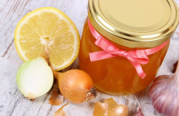 45828940 - fresh organic honey in glass jar, onion, garlic and lemon on old wooden background, healthy nutrition, strengthening immunity and treatment of flu