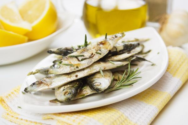 9473986 - grilled sardine fish served with lemon and rosemary