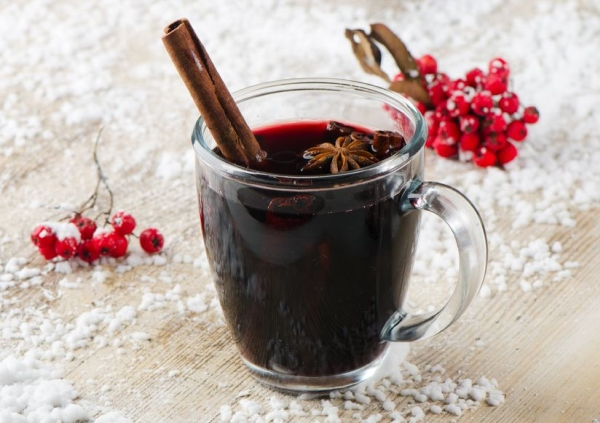 16255937 - mulled wine  on a wooden table