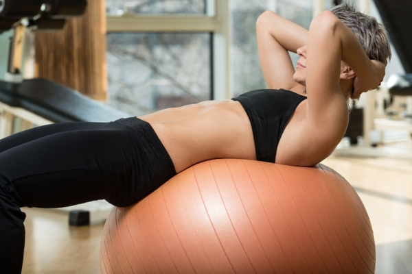 26940133 - exercising abdominals in fitness club