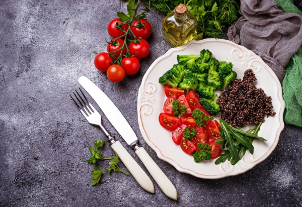 77716485 - salad with black quinoa, cherry tomatoes, broccoli and arugula. healthy vegan food
