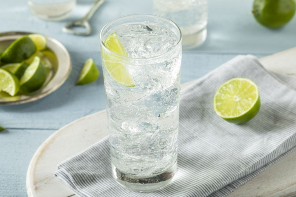 75868889 - refreshing hard sparkling water with a lime garnish