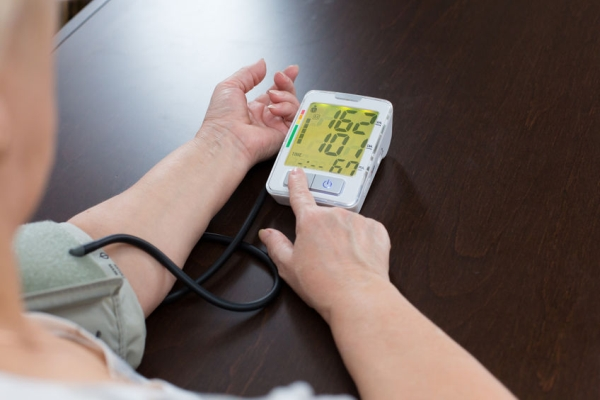 49916088 - the woman measures to herself a blood pressure