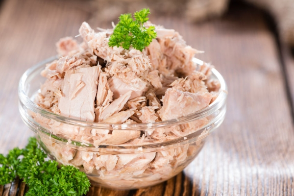 32856559 - canned tuna with fresh parsley (detailed close-up shot) on wooden background