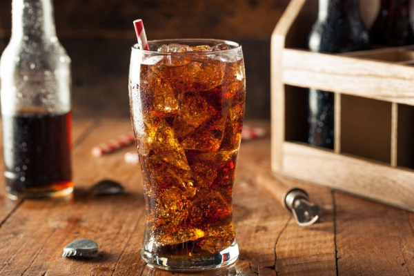 41442681 - refreshing bubbly soda pop with ice cubes